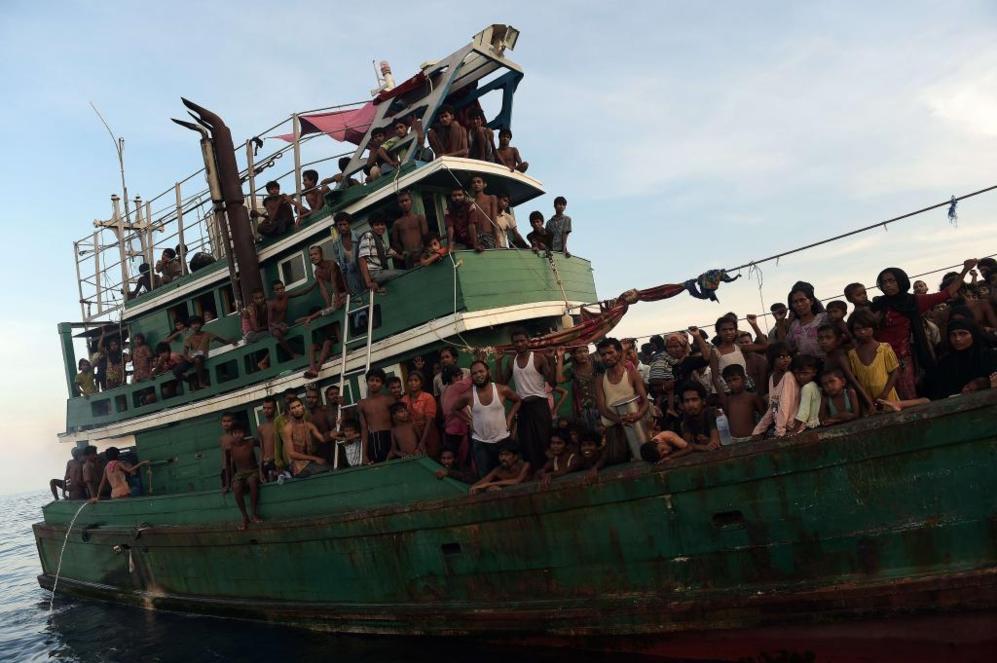 Inmigrantes rohingya, procedentes de Birmania, a la deriva en un barco...