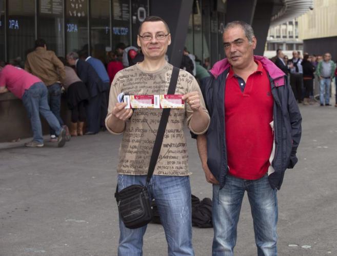 Unos socios muestran sus entradas para la Copa.