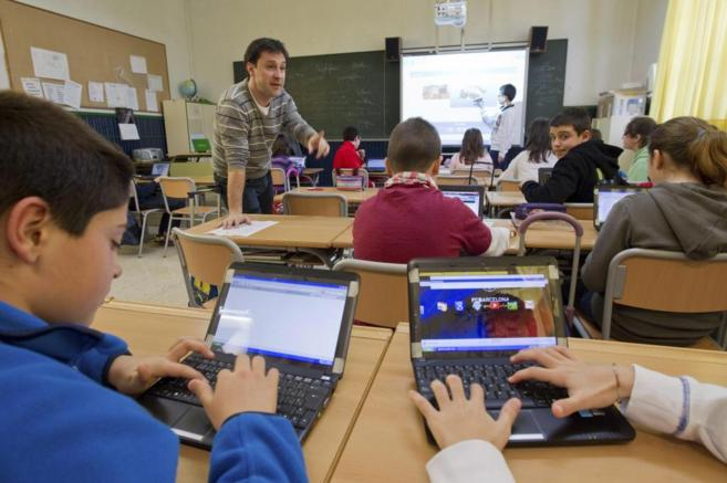 Niños estudiando en un aula de la Escuela 2.0 en la Ikastola Arkatu...