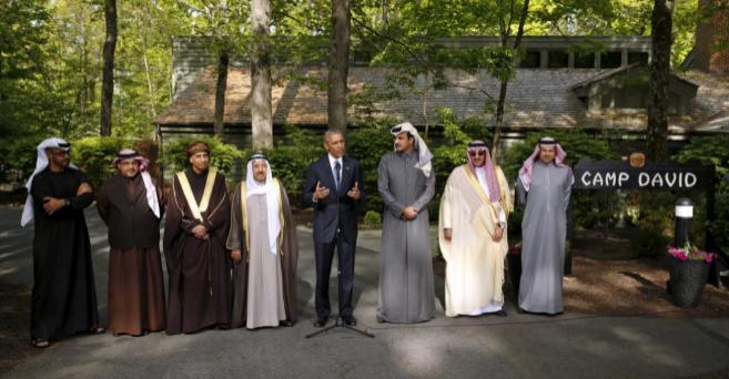 Los representantes de los seis países asistentes a la cumbre arropan...