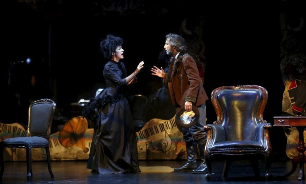 Adriana Ozores y Ernesto Alterio, en una escena de...