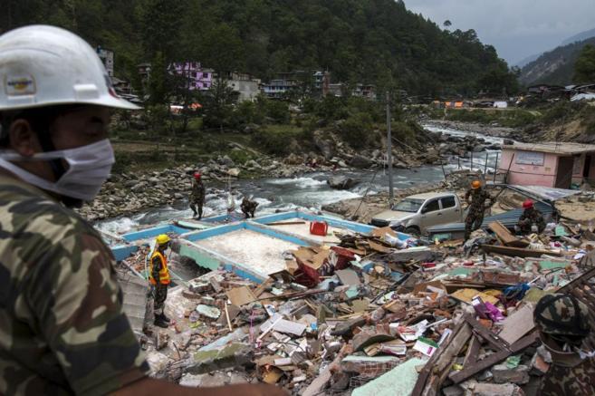 Militares nepalíes trabajando en las labores de rescate en Dolakha,...
