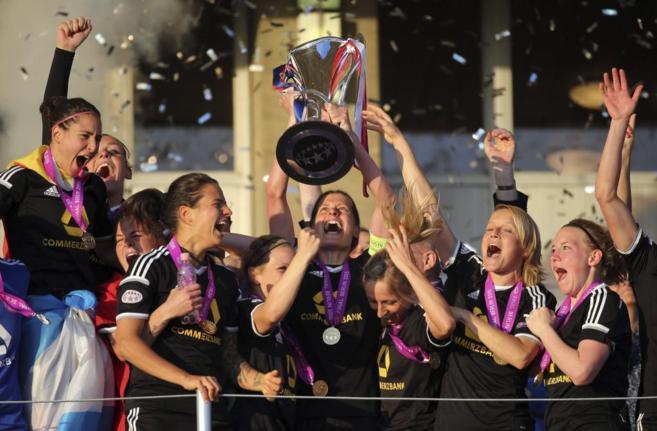 Las jugadoras del FFC Frankurt levantan la copa del campeonato...