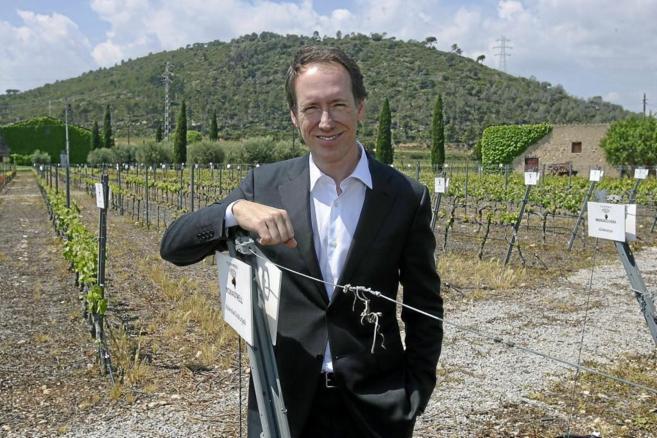 El director general Miguel Torres Maczassek entre los viñedos con...