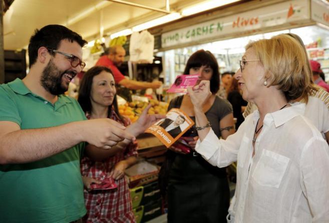 Rosa Díez intercambia propaganda electoral con un miembro de...