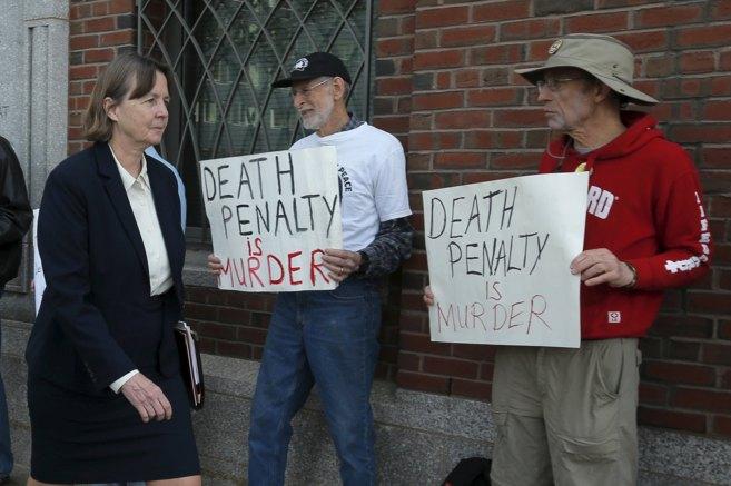 Manifestantes en contra de la pena de muerte en la corte donde se ha...