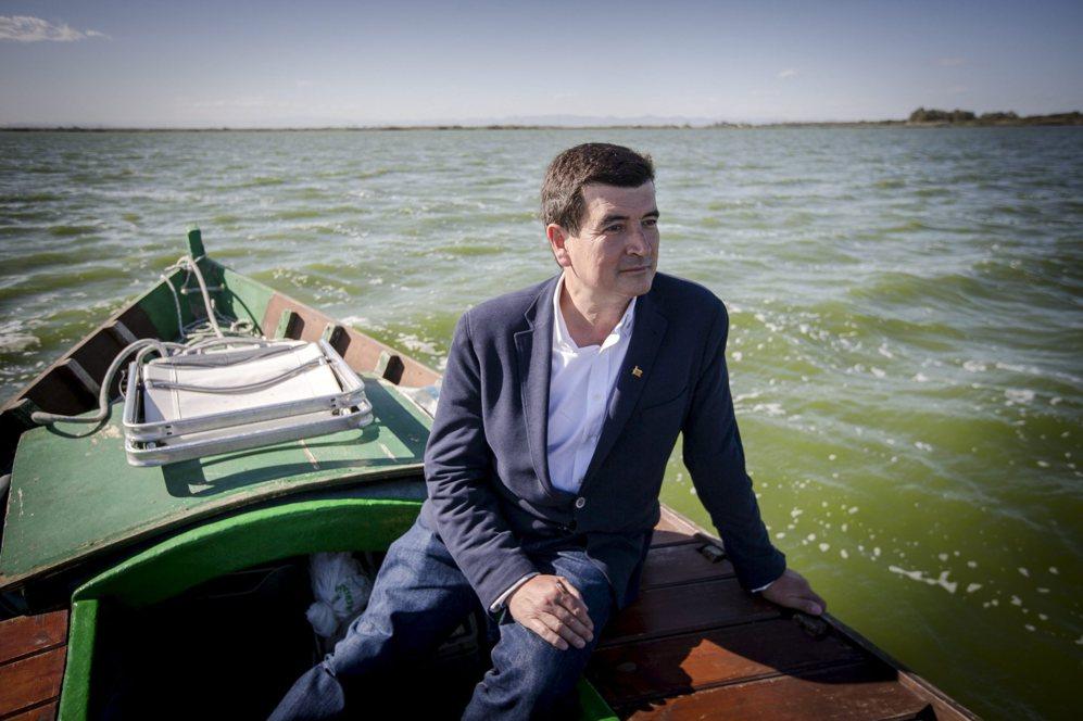 Fernando Giner, en una de las barcas que recorren la Albufera.