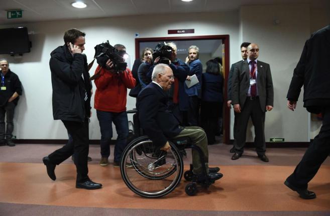 El ministro de Finanzas alemán pasa ante la sala donde Varufakis da...