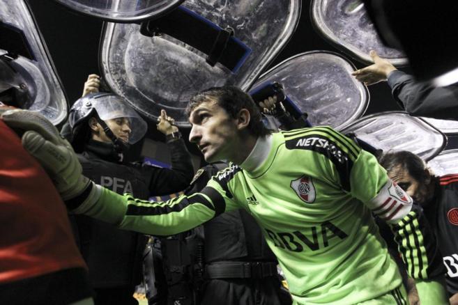 El portero de River,  Marcelo Barovero, sale del césped de la...