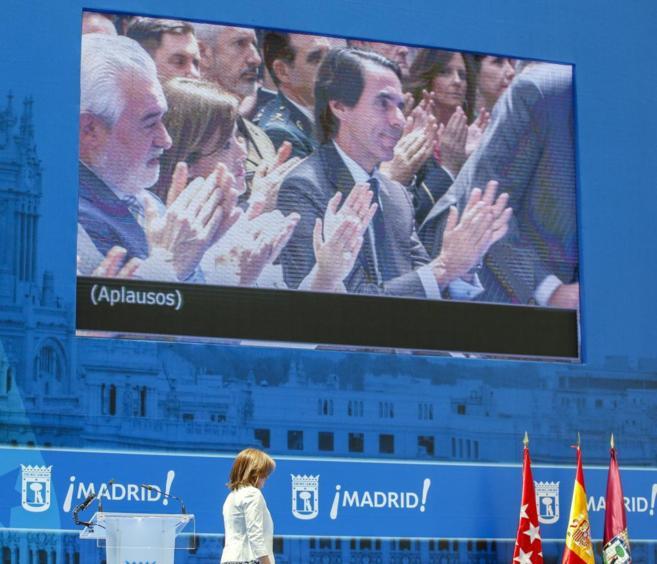 Ana Botella, aplaudida por José María Aznar y Soraya Sáenz de...