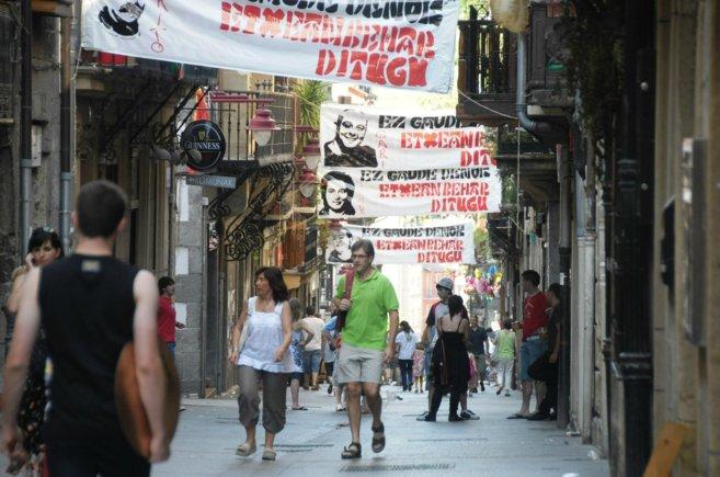 Calle de Hernani llena de carteles de presos en 2011.