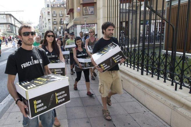 Los promotores de la ILP contra el 'fracking', en el...