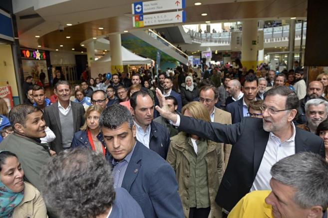 Mariano Rajoy, en un centro comercial de Vitoria antes de su mitin en...