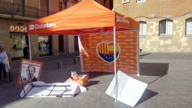 La carpa de Ciudadanos instalada en Manresa (Barcelona), tras el...