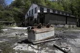 Vagoneta volcada a la entrada del pozo minero Mosquitera II, en...