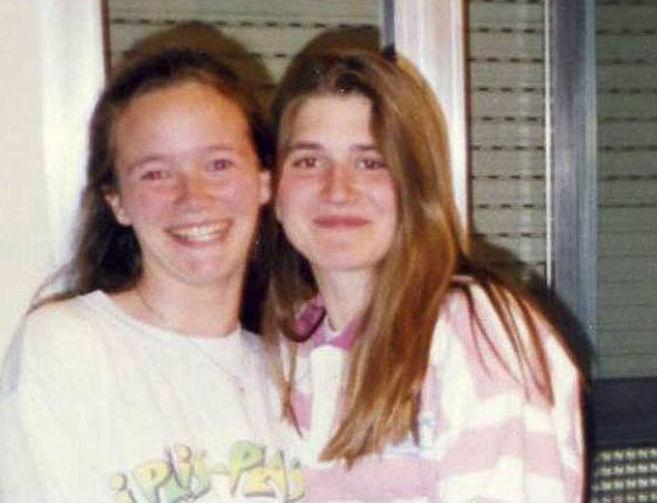 Raquel López (a la derecha), a los 18 años, con su mejor amiga.