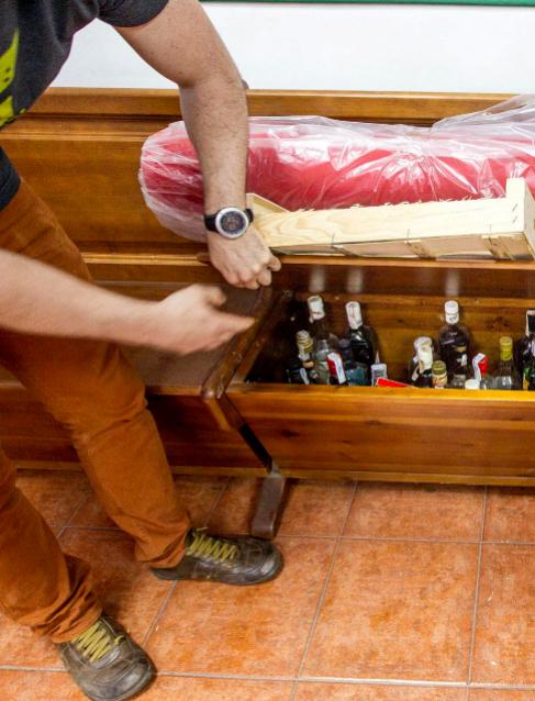 Cajón en el 'txoko' de Lemoa con decenas de botellas.