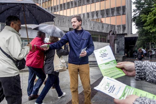 Urko de Azumendi, repartiendo propaganda en el centro de Bilbao.