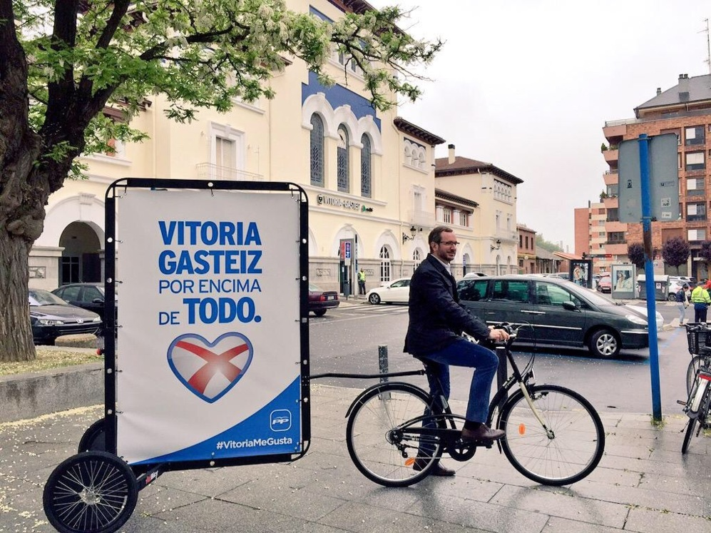 Javier Maroto, alcalde de Vitoria, en bicicleta por Vitoria