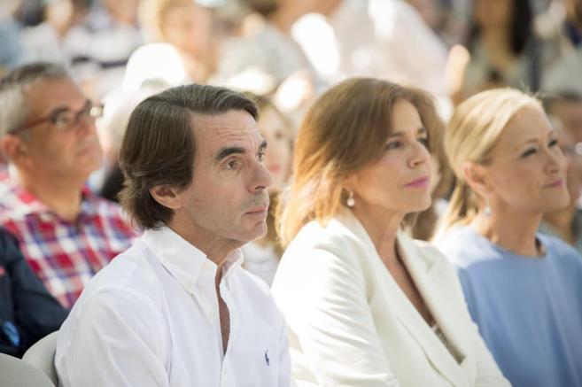 José María Aznar, con Ana Botella y Cristina Cifuentes, en Madrid.