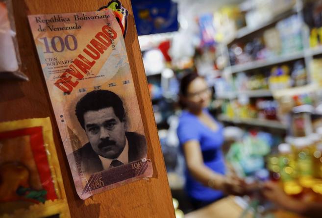 Un billete de cien bolívares con el rostro del presidente Nicolás...