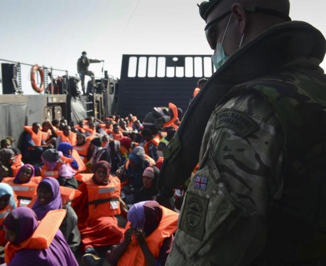 Un grupo de inmigrantes rescatados en el Mediterraneo por la Marina...