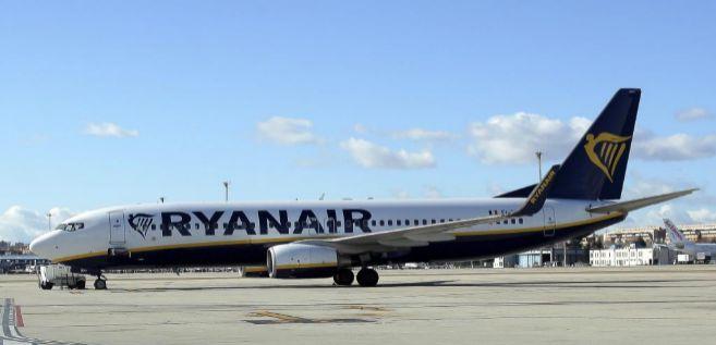 Un avión de Ryanair en la terminal T2