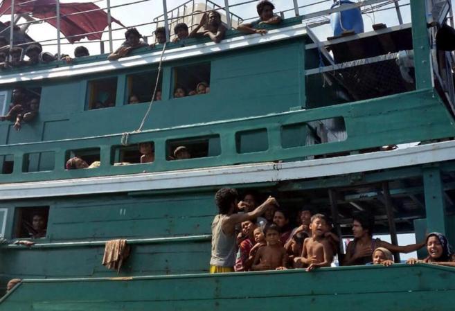 Un grupo de inmigrantes de la minoría rohingya piden ayuda desde un...