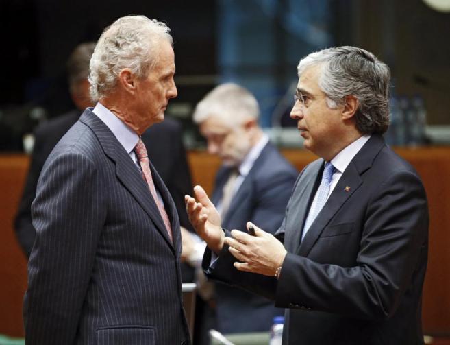El ministro español de Defensa, Pedro Morenés (izda), conversa con...