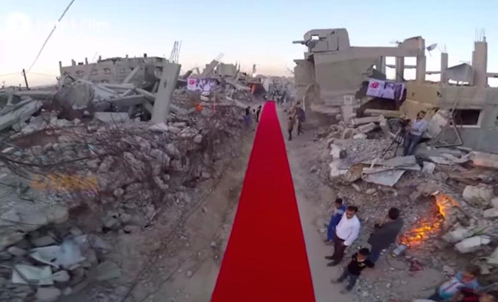 El despliegue de la alfombra en medio de la destrucción.
