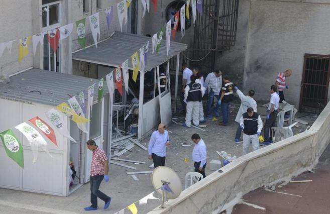 Agentes de la policía investigan la sede de HDP en Mersin, donde ha...