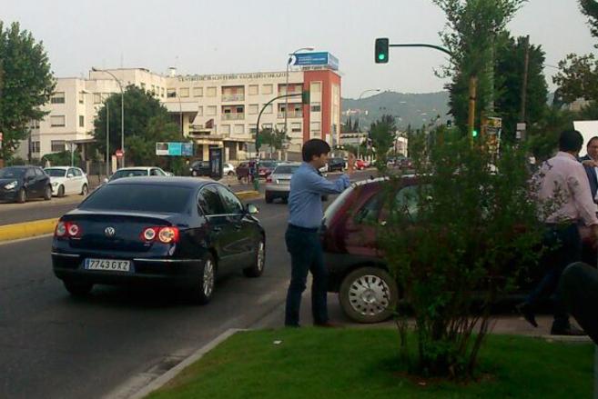 El coche del alcalde cordobés, Jose Antonio Nieto, llegando a un acto...