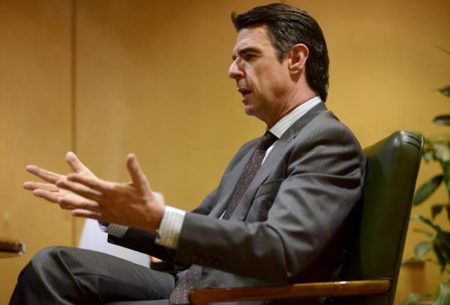 El ministro de Industria, Energía y Turismo, José Manuel Soria,...