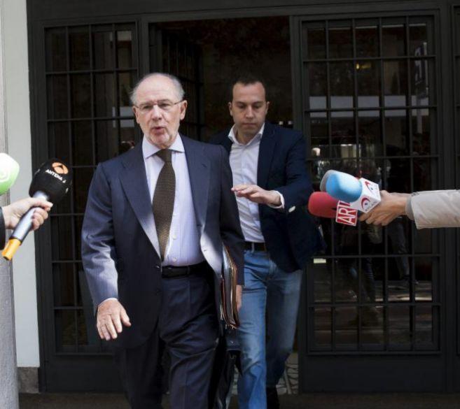 El ex vicepresidente Rodrigo Rato sale de su casa tras ser investigado...
