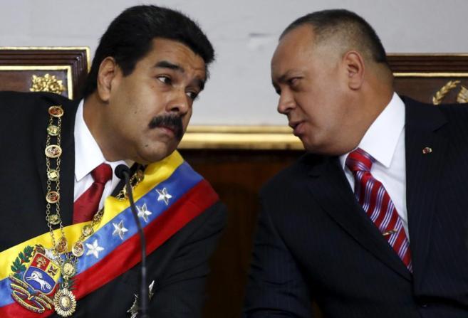 El presidente venezolano, Nicolás Maduro, junto a Diosdado Cabello,...