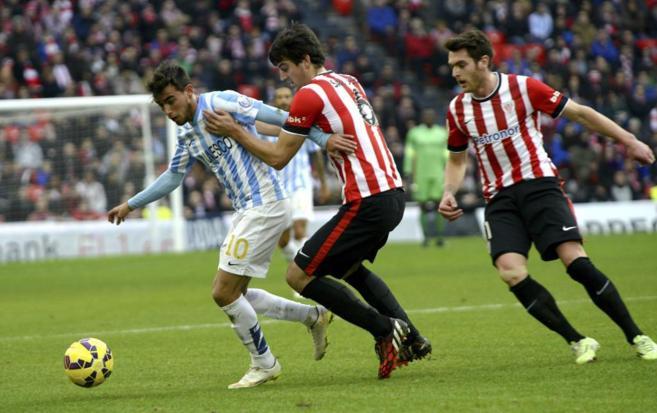 El defensa del Athletic Mikel San José presiona al centrocampista...