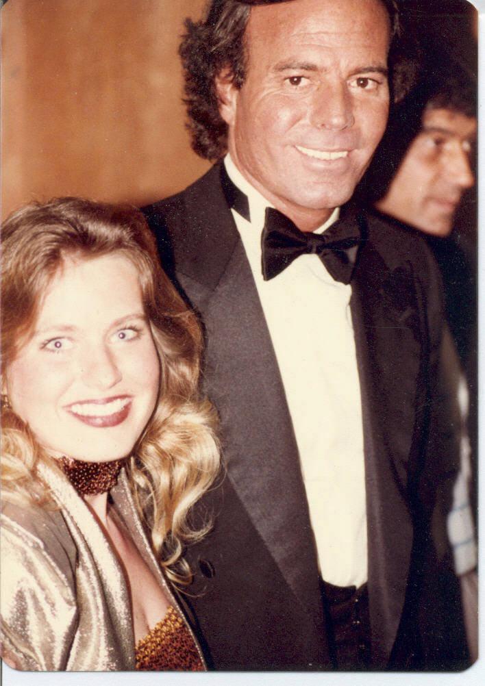 En la fotografía aparece Charlotte Laws junto al cantante español...