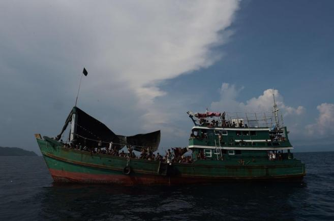 Navío a la deriva cargado de refugiados birmanos y bangladesíes.