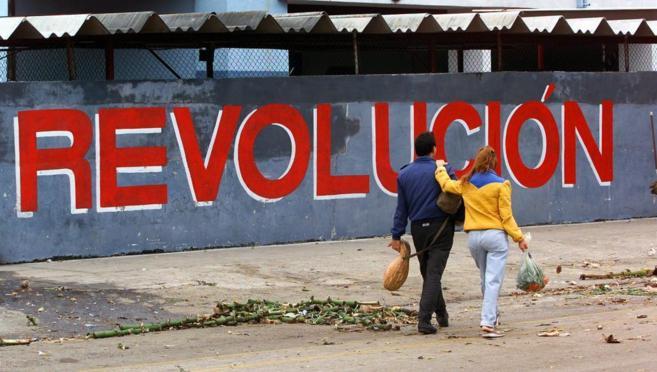 Una pareja pasea por una calle de La Habana, en Cuba