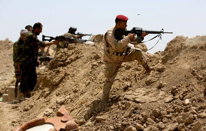 Soldados iraquíes y milicianos chiítas disparan contra posiciones...