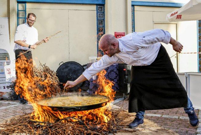 Alfonso Mira prepara la paella mediterránea de conejo, judías y...