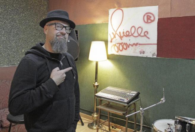 César Strawberry, líder de Def Con Dos, en su estudio de Madrid.