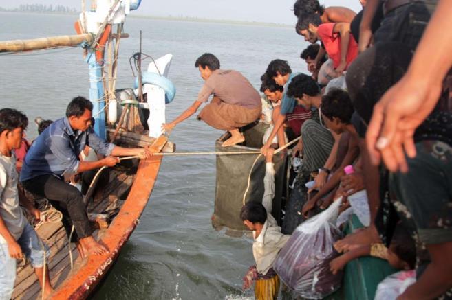 Pesqueros de la provincia de Aceh rescatan a los refugiados que...
