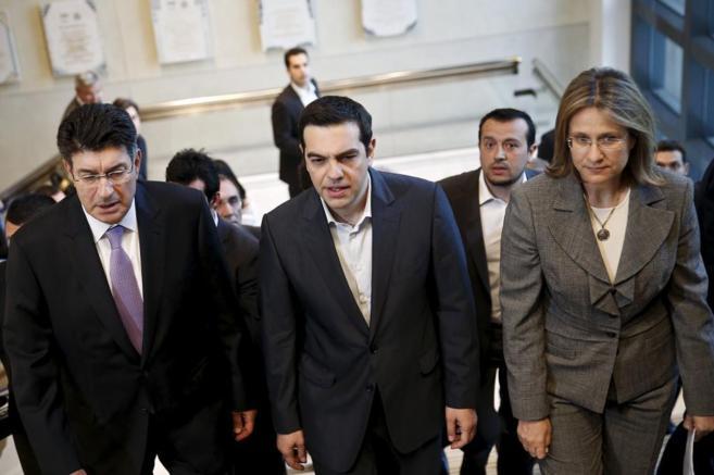 Alex Tsipras (en el centro), a su llegada a una conferencia el lunes.