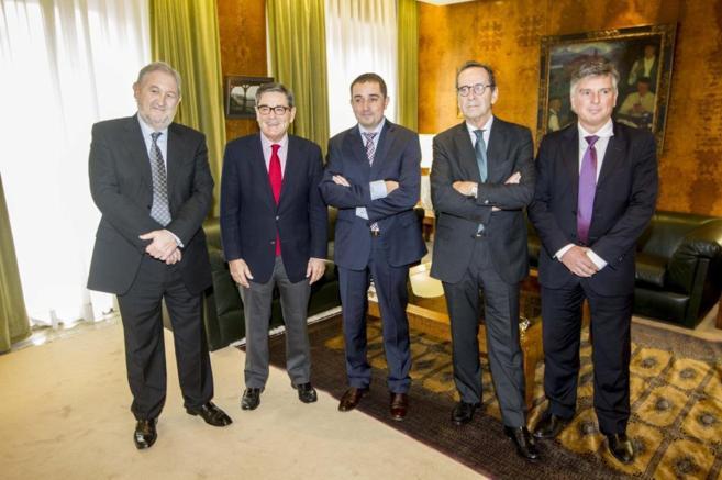 El presidente de Kutxabank, Gregorio Villalabeitia (segundo por la...