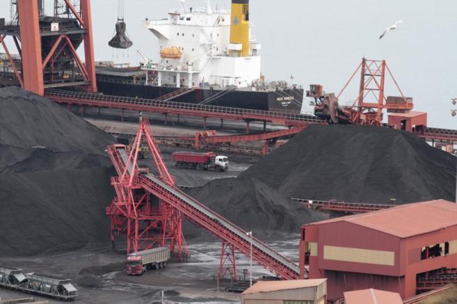 Trabajos en el puerto gijonés de El Musel.