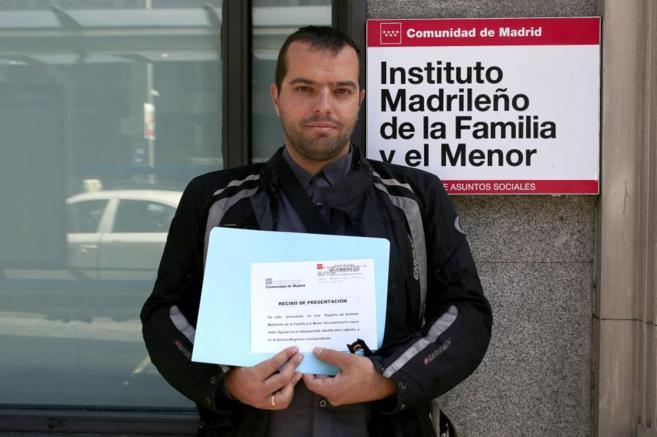 Jose, tras entregar su solicitud en el Instituto Madrileño de la...