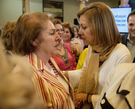 María Dolores de Cospedal junto a su madre en un acto de campaña en Albacete.