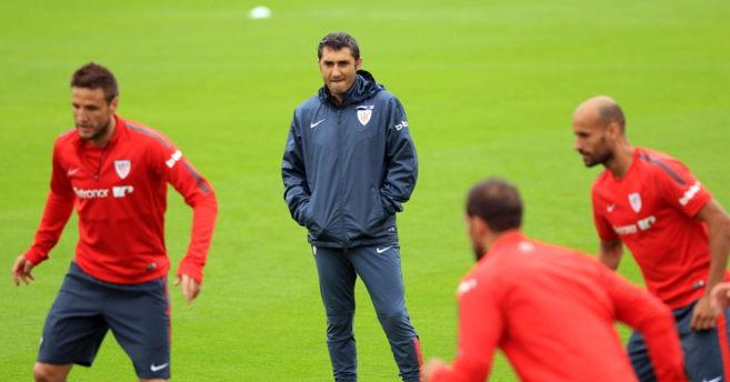 El entrenador del Athletic, Ernesto Valverde, observa un entrenamiento...