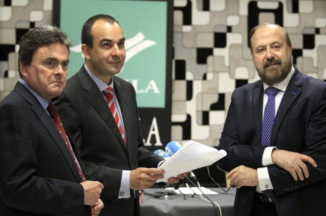 Santiago Alonso, Carlos Jauregui y Joseba Jauregui en la comparecencia...
